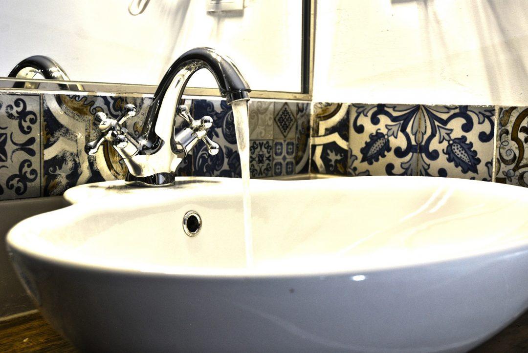 Baño de casa rural romántica para el día de los enamorados