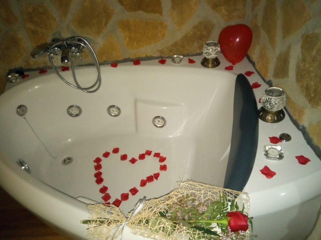 detalles romanticos junto a bañera de hidromasaje, casa rural en sierras de cazorla